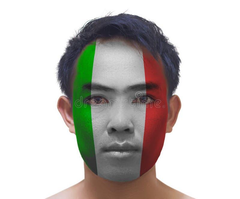 Vända mot målning av den allvarliga asiatiska unga Italien fotbollsfan på vit royaltyfria bilder