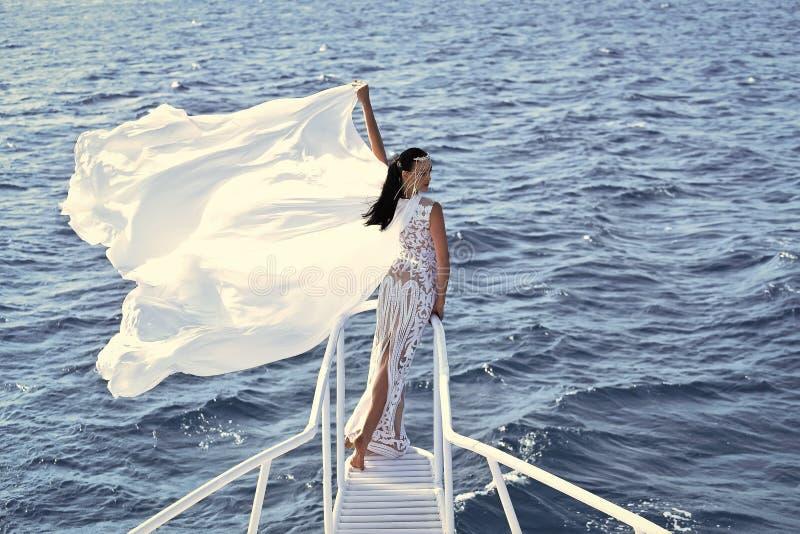 Vända mot modeflickan eller kvinnor i din webbplats Flickaframsidastående i ditt advertisnent Brud på solig blåsig dag på blått royaltyfri fotografi