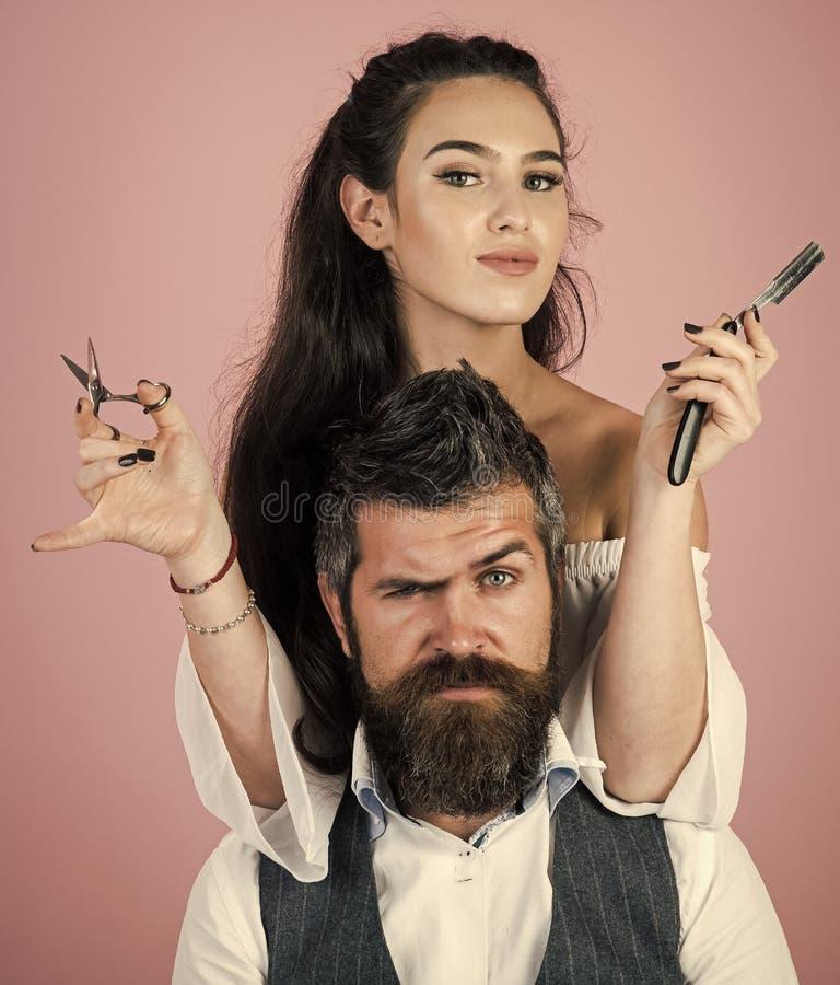 Vända mot modeflickan eller kvinnor i din webbplats Flickaframsidastående i ditt advertisnent Förlagen klipper hår och skägget av arkivfoton