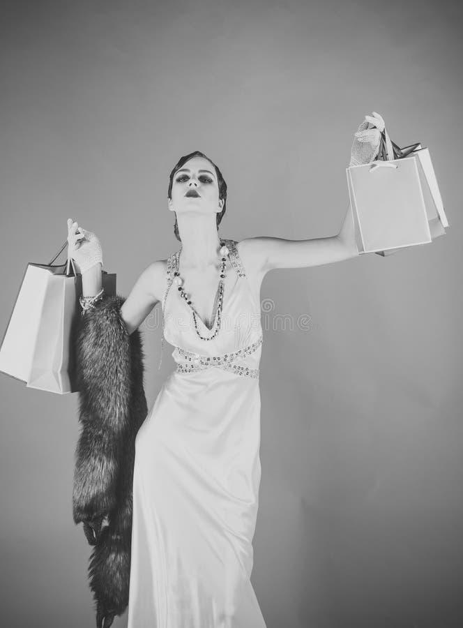Vända mot modeflickan eller kvinnor i din webbplats Flickaframsidastående i ditt advertisnent Stift upp gullig modemodell på gräs arkivfoto