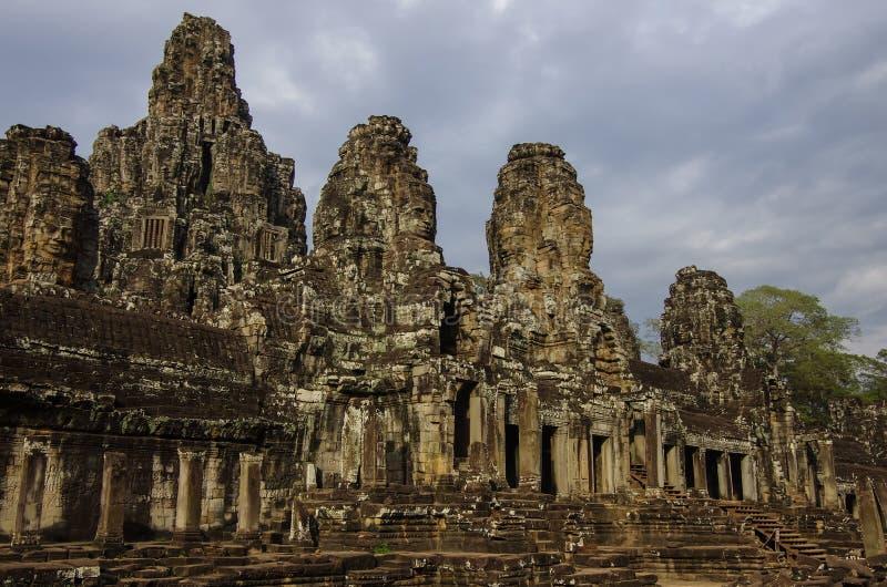 Vända mot stenen av den forntida Bayon templet i Angkor Wat, Siem Reap arkivfoto