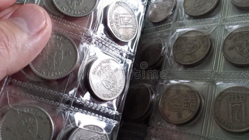 Vändande sidor i myntbok arkivbild