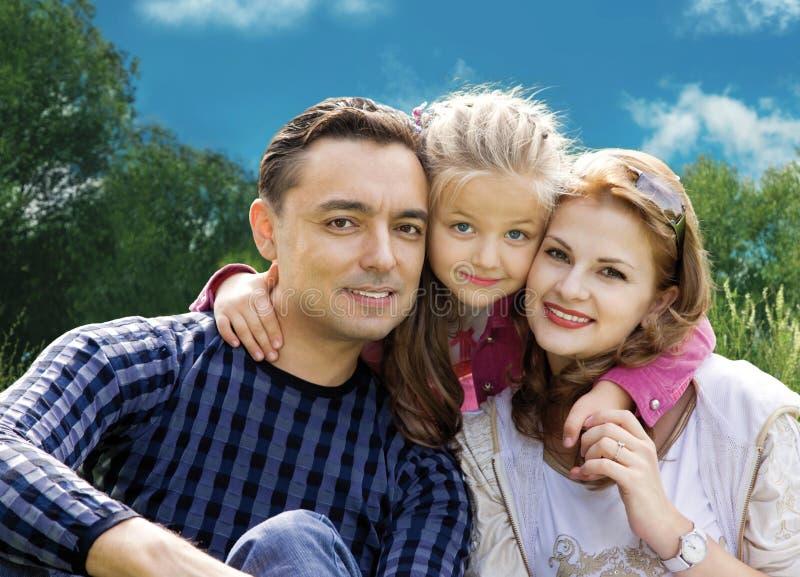Vänder familjen med liten flicka i parkcollage mot royaltyfria bilder