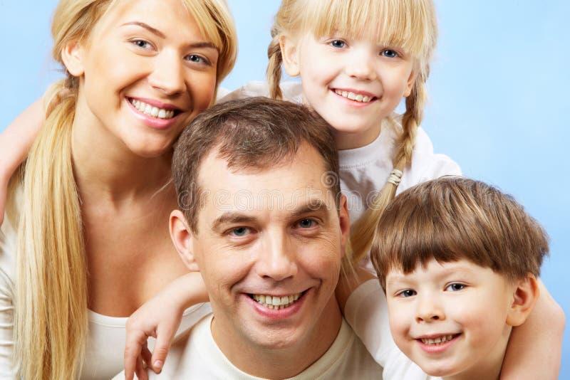 vänder familjen mot fotografering för bildbyråer