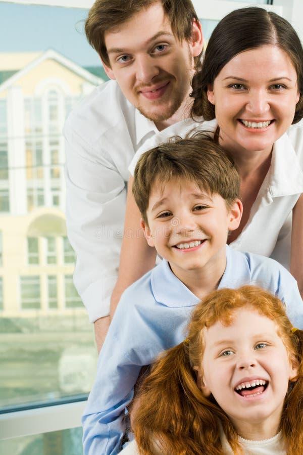 vänder familjen mot royaltyfria foton