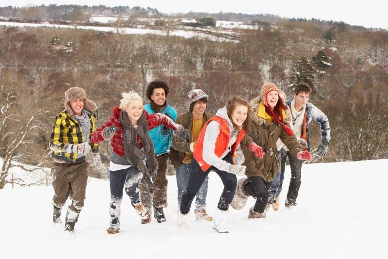 vängyckel som har tonårs- snow arkivbild