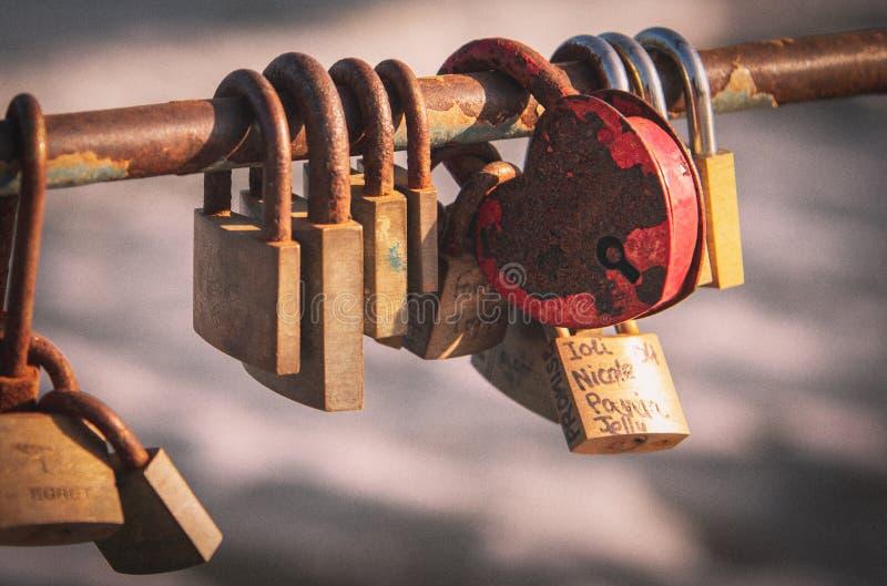 Vänhänglås band på en bro arkivfoton