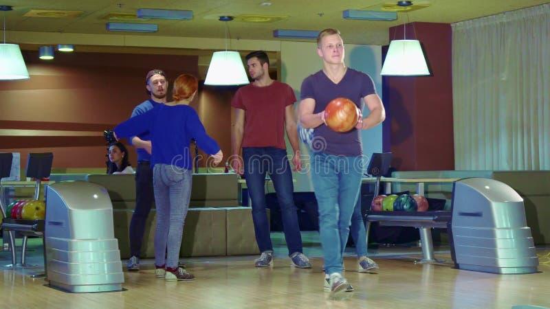 Vänhög-pickolaflöjter man efter hans frigörare på bowlingen royaltyfria foton