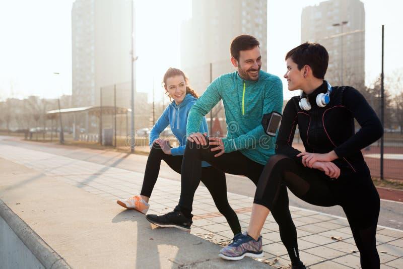 Vänkondition som utbildar tillsammans utomhus att bo aktivt sunt royaltyfria foton