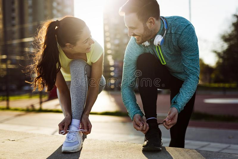 Vänkondition som utbildar tillsammans utomhus att bo aktivt sunt royaltyfri foto