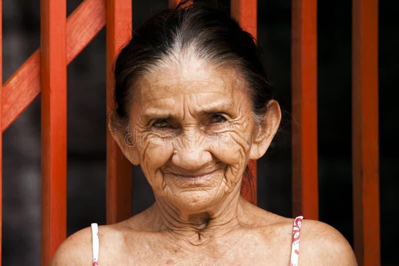 Vänlig äldre kvinna med skrynklor fotografering för bildbyråer