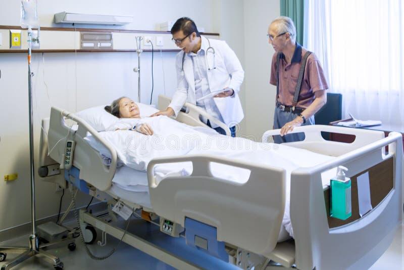 Vänlig doktor som talar med patienten royaltyfri fotografi