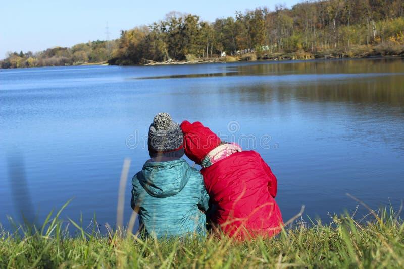 Vänlig familj, barn, lopp, familjevärderingbegrepp Gå för barn royaltyfri foto
