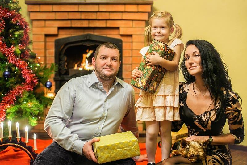 Vänlig familj med ny year& x27; s-gåvor arkivbilder