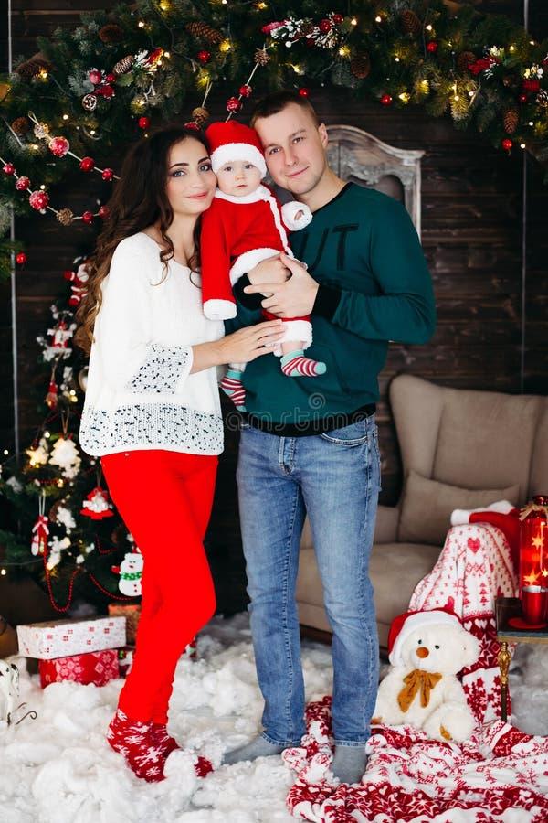 Vänlig familj som tillsammans tycker om tid för jul royaltyfria bilder