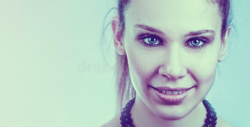 Vänlig kvinna med den härliga framsidan och blåa ögon arkivfoton