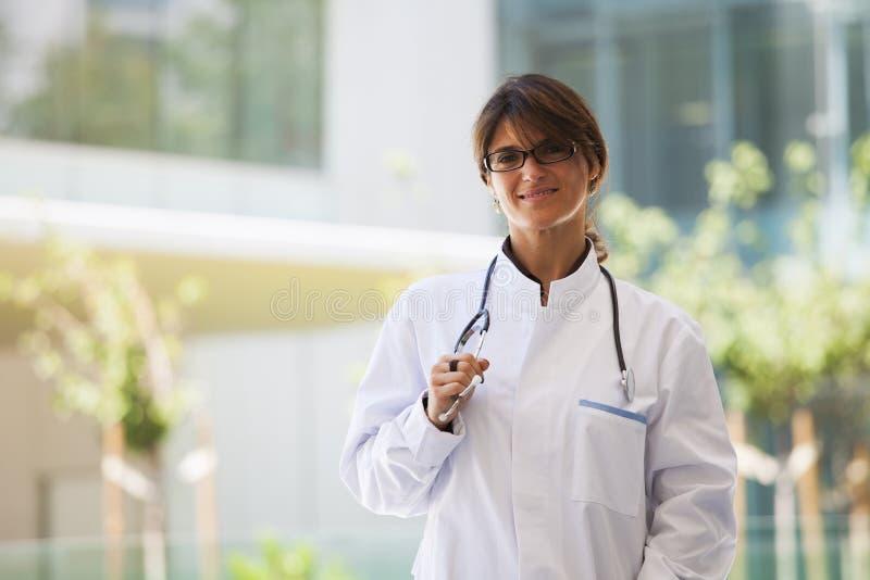 Vänlig kvinnlig doktor arkivfoton