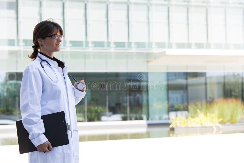 Vänlig kvinnlig doktor royaltyfri fotografi