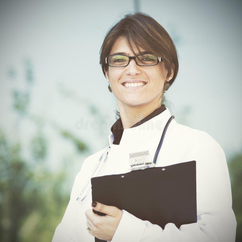 Vänlig kvinnlig doktor royaltyfri bild