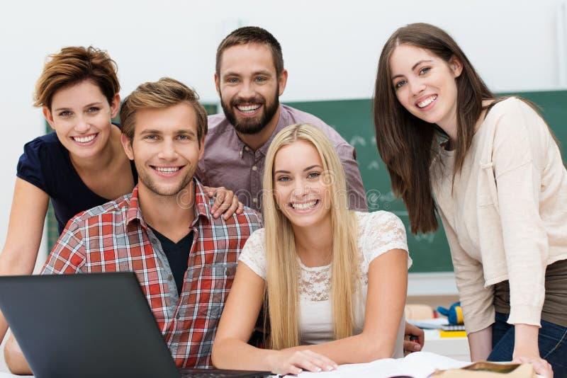 Vänlig le grupp av studenter royaltyfria foton