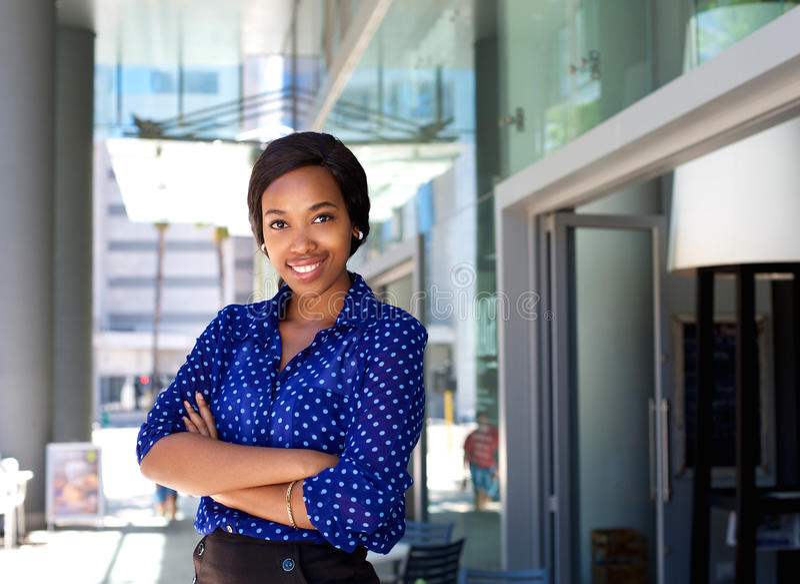 Vänlig le stående yttersida för affärskvinna i staden arkivfoton