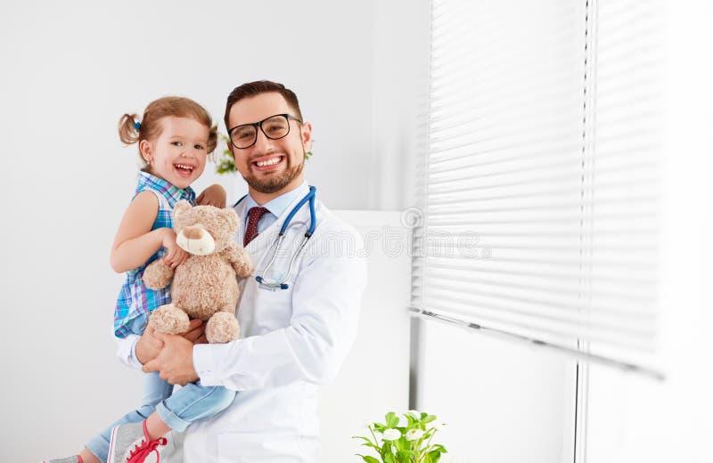 Vänlig lycklig manlig doktor som är pediatrisk med den tålmodiga barnflickan royaltyfri fotografi