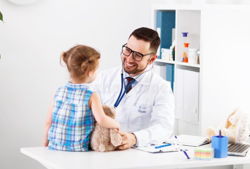 Vänlig lycklig manlig doktor som är pediatrisk med den tålmodiga barnflickan royaltyfri bild