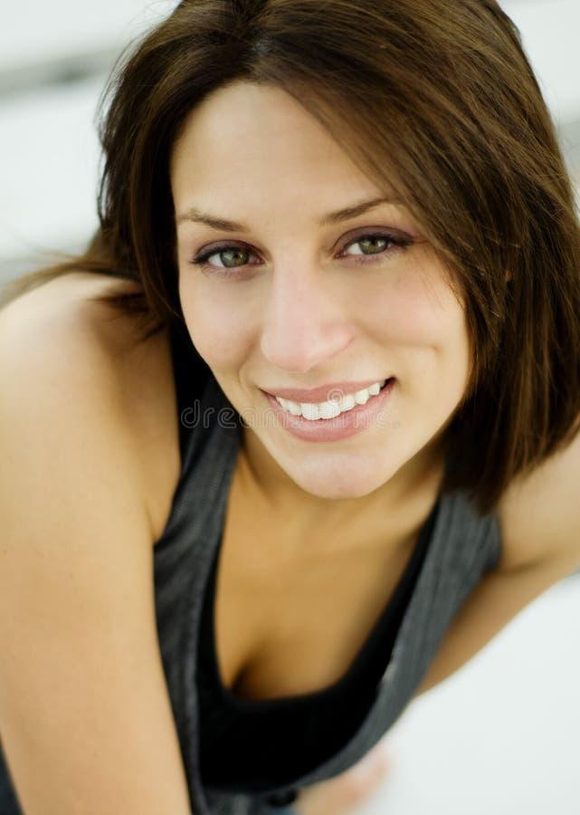 vänlig nätt leendekvinna royaltyfria bilder