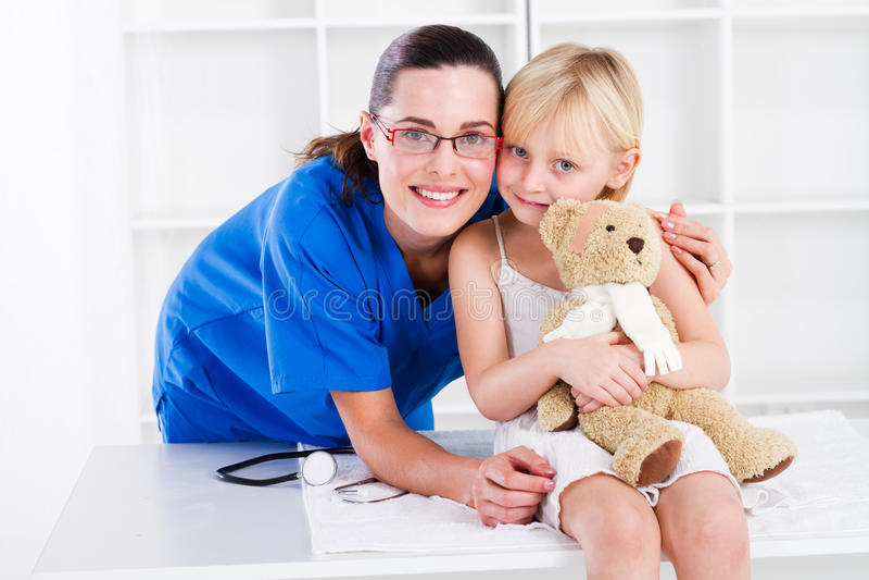vänlig pediatriker arkivfoton