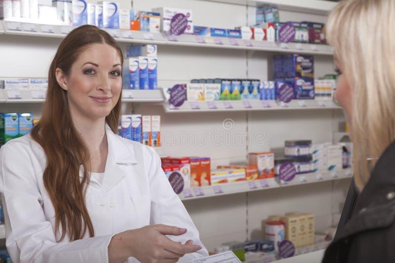 vänlig pharmacist royaltyfria foton