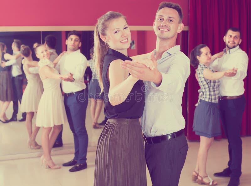 Vänliga danspar som tycker om, foxtrot royaltyfri fotografi