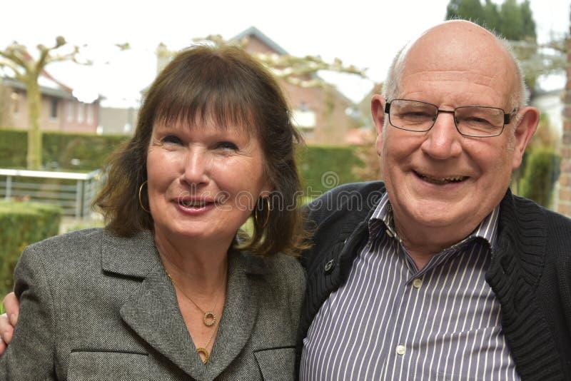 Vänliga höga par som grundligt skrattar arkivbild