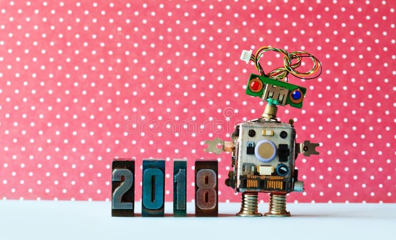 Vänliga robot2018 letterpressiffror, röd prickbakgrundsmodell Idérik affisch för xmas för nytt år för design royaltyfri bild