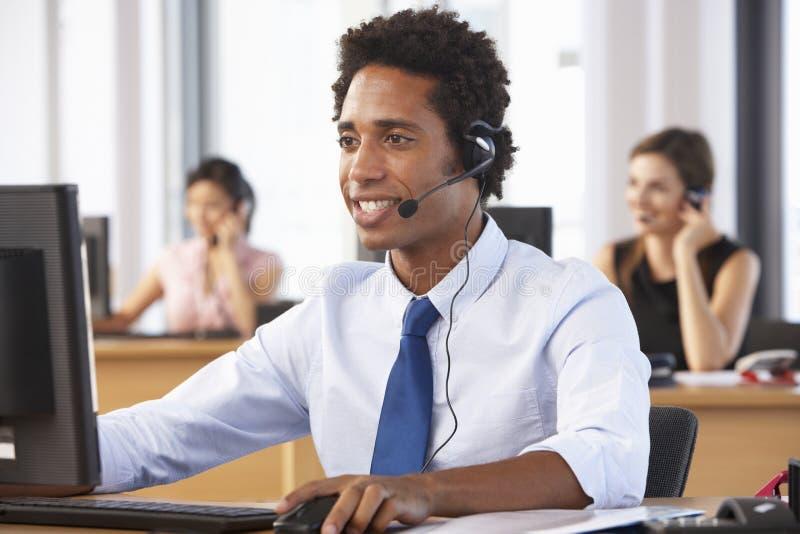 Vänligt kundtjänstmedel In Call Centre arkivbild