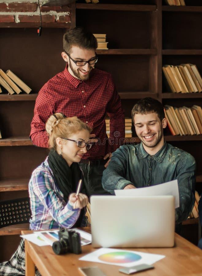 Vänligt lag av copywriter i arbetsplatsen i modernt kontor fotografering för bildbyråer