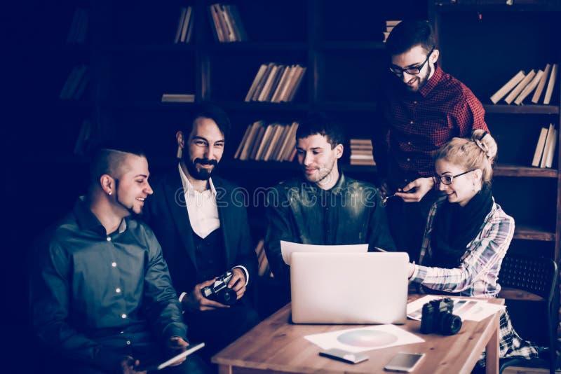 Vänligt lag av copywriter i arbetsplatsen i modernt kontor arkivfoto