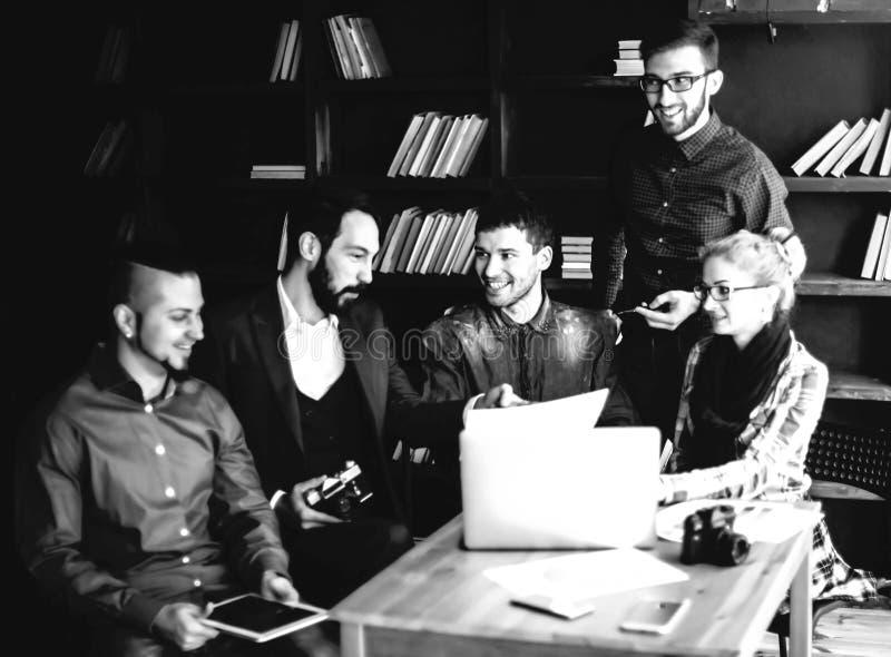 Vänligt lag av copywriter i arbetsplatsen i svartvitt foto för modernt kontor arkivfoton