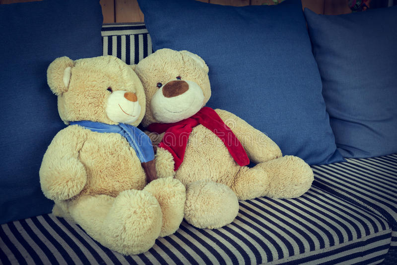 Vännen för pardockabjörnen dekorerade på soffamöblemanginre fotografering för bildbyråer
