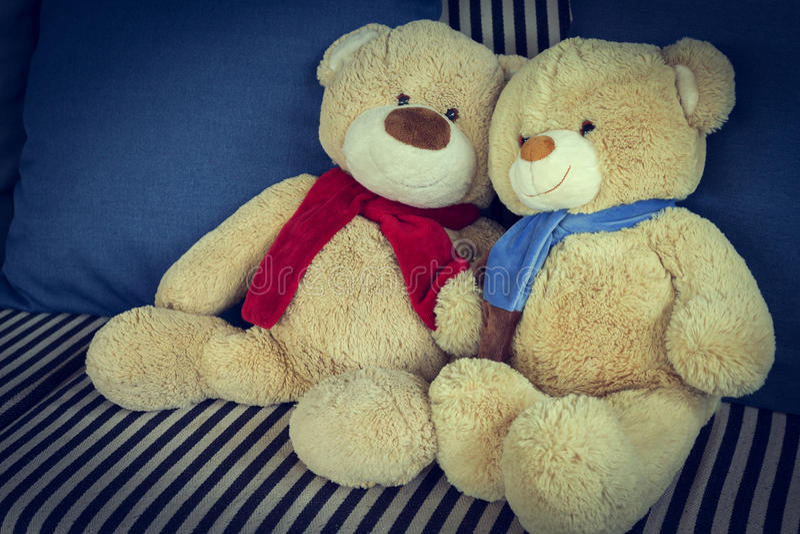 Vännen för pardockabjörnen dekorerade på soffamöblemanginre royaltyfria bilder