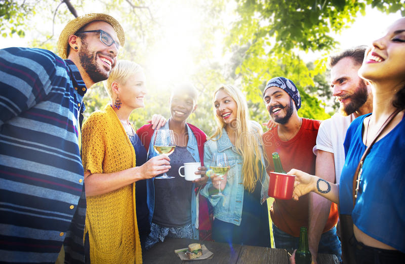 Vännen firar glad livsstil för partipicknick som dricker begrepp arkivbild