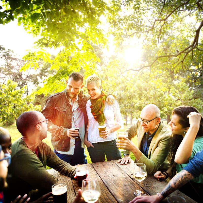 Vännen firar glad livsstil för partipicknick som dricker begrepp fotografering för bildbyråer