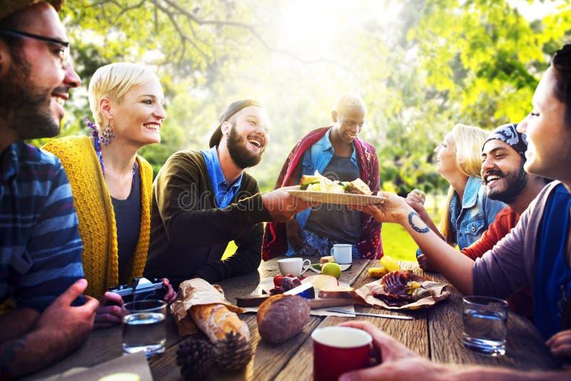 Vännen firar glad livsstil för partipicknick som dricker begrepp royaltyfria bilder