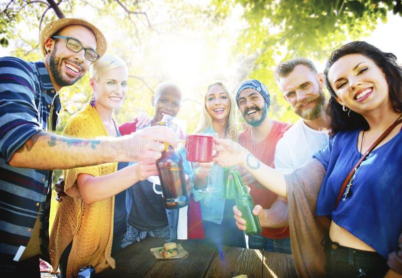 Vännen firar glad livsstil för partipicknick som dricker begrepp arkivbilder