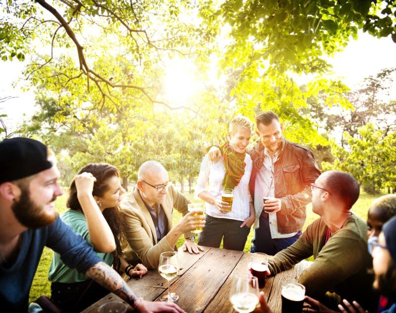 Vännen firar glad livsstil för partipicknick som dricker begrepp royaltyfri fotografi