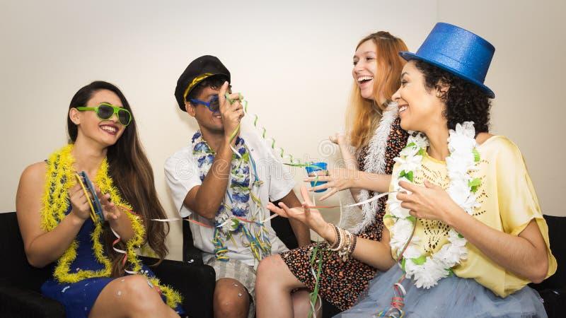 Vänner är på ett parti Fira den brasilianska Carnavalen Grou arkivbild