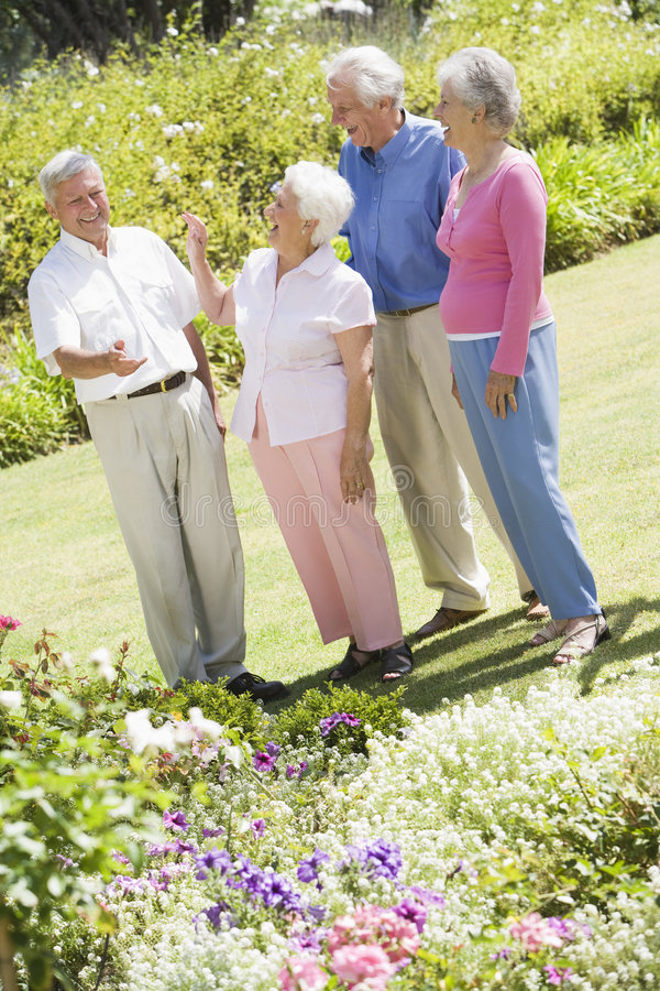 vänner arbeta i trädgården grupppensionären royaltyfri bild