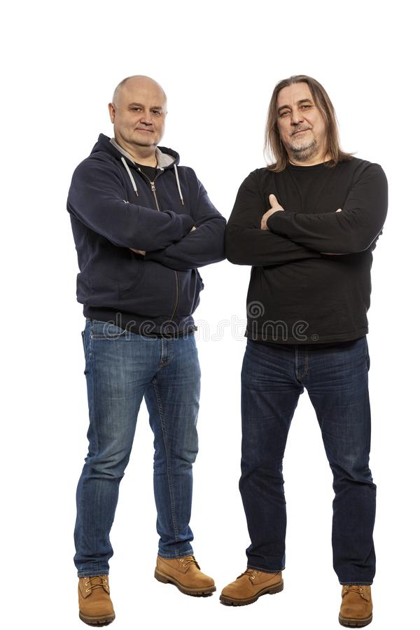 Vänner av medelåldersa män tillsammans, full längd bakgrund isolerad white arkivfoton