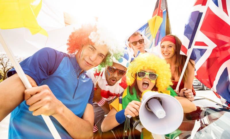 Vänner för fotbollsupporterfans som hurrar efter fotbollkopp, matchar royaltyfri foto