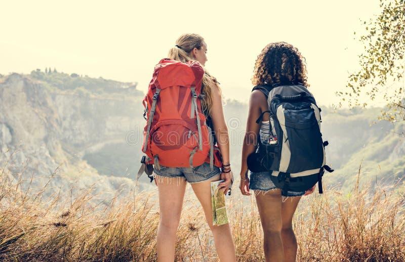 Vänner för unga kvinnor som tillsammans reser royaltyfri bild