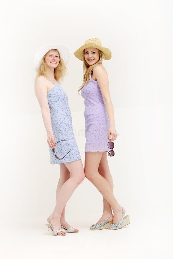 vänner går nätt klar shopping till två barn arkivfoton